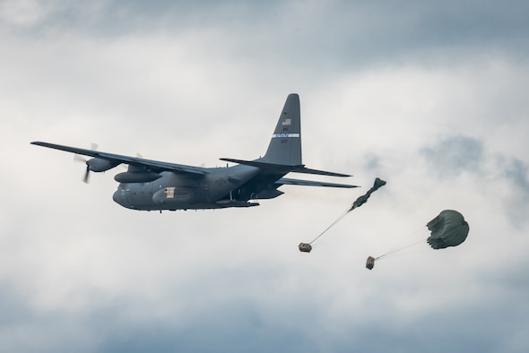 A C-130 Hercules aircraft from the Kentucky Air National Guard's 123rd Airlift Wing air-drops two bundles of cargo in the Ohio River during the Thunder Over Louisville air show in Louisville, Ky., April 22, 2017. The unit will perform a similar demonstration during this year's Thunder, which annual has grown to become the largest single-day air show in the nation. (U.S. Air National Guard photo by Lt. Col. Dale Greer)