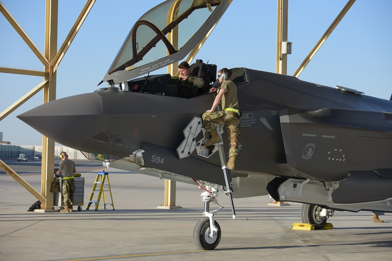A photo of crew chiefs meeting a pilot of F-35A Lightning II