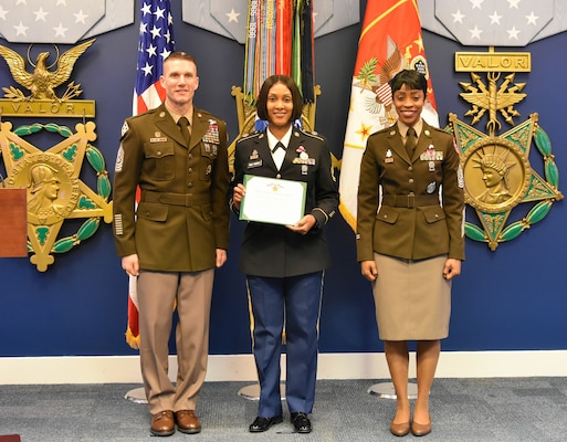 Sergeant Major of the Army recognizes local recruiter > Joint Base