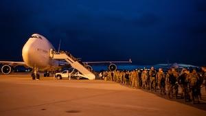 Airmen file onto a 747