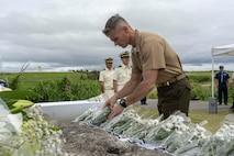 米海兵隊太平洋基地の政務外交部部長のダリン・クラーク米海兵隊大佐が、伊江島灯台殉職者慰霊式で花を手向ける。