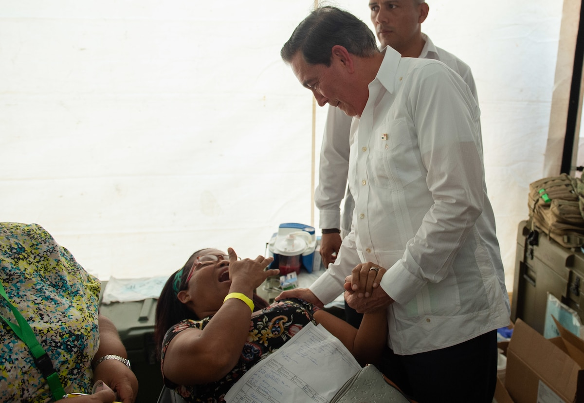Panamanian President Laurentino Cortizo speaks with a patient.