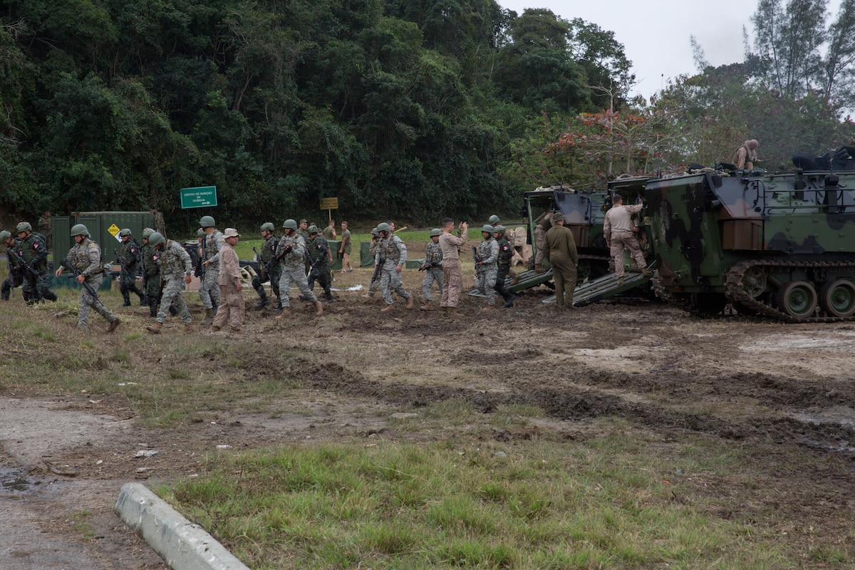 Military members from Peru, Colombia, Ecuador conduct amphibious training.