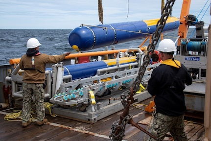 MASSACHUSETTS BAY (May 13, 2019) Senior Chief Mineman Abraham Garcia, left, and Aerographer's Mate 1st Class Joshua Gaskill, members of the Knifefish unmanned undersea vehicle (UUV) test team, man tending lines during crane operations as part of an operational assessment conducted by members from Operational Test and Evaluation Force (OPTEVFOR)