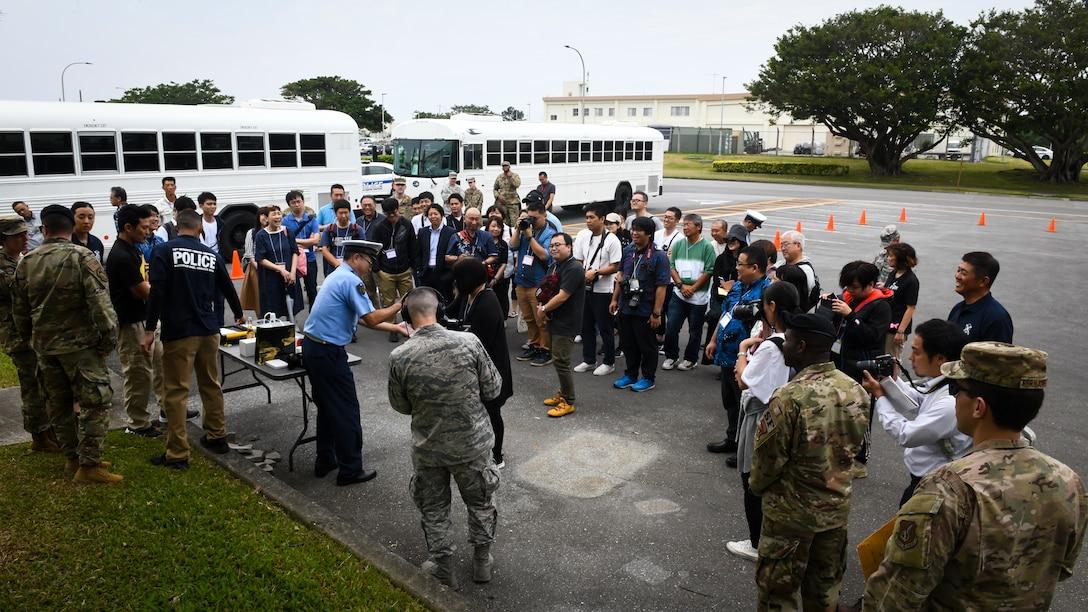 第18憲兵中隊と沖縄県警が実演を行い、相互協力と飲酒運転事故防止についての取り組みを説明。(米国空軍・ベンジャミン・ロートン三等空曹撮影)