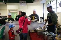 来場者には七面鳥がメインのアメリカンテイスト満載の食事が提供されました。米海兵隊基地キャンプ・シュワブで12月7日、第38回子どものクリスマスがUSO(米国慰問団)で開催され、30人以上のボランティアの隊員や辺野古区住民を中心に、北は国頭村、南は宜野湾市からの家族を含む総勢300人以上が参加したビッグイベントになりました。