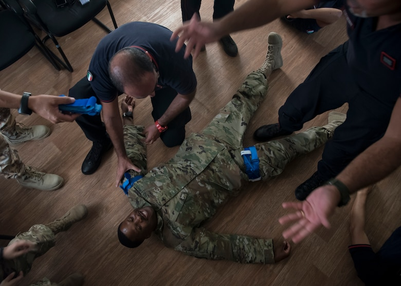 403rd Civil Affairs Functional Specialty Team conducts Combat Lifesaver Course for Italian partners