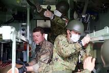 第31海兵遠征部隊の衛生兵と第15旅団第15後方支援衛生隊の隊員が模擬負傷者の手当てを行っています。