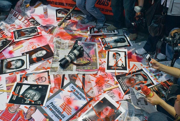 In August 2010, hundreds of Mexican journalists silently marched in downtown Mexico City in protest of the kidnappings, murder and violence against their peers throughout the country. (Knight Foundation)Licensed under Creative Commons Attribution 2.0 Generic License. Photo unaltered.
