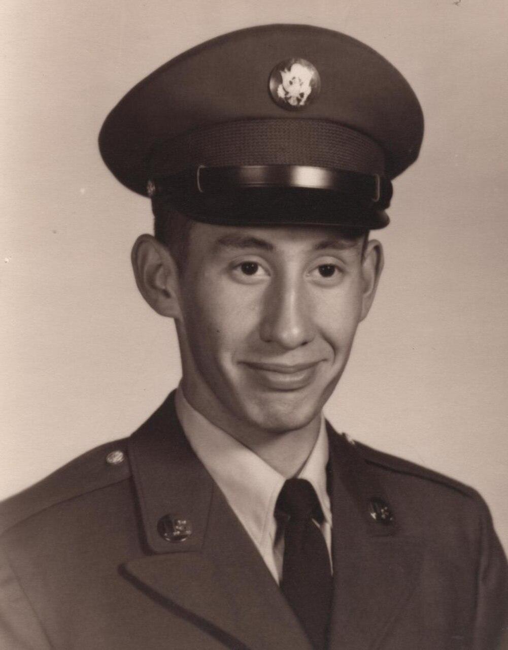 Official Army photo of Daniel Fernandez in uniform.