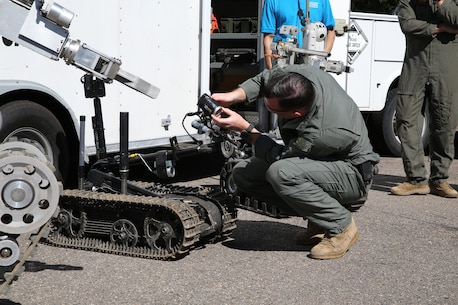 How to train your Robot: EOD Techs teach students