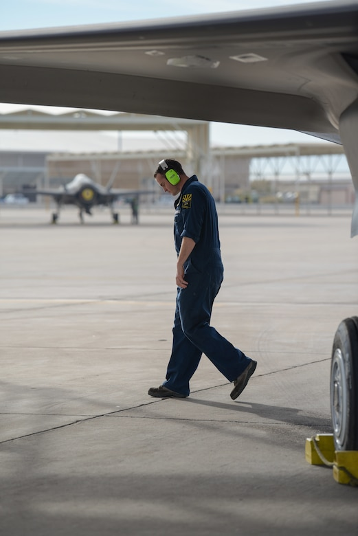 F-35 maintainer is on his way to becoming an F-35 pilot