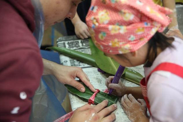 沖縄では旧暦12月8日に月桃の葉で餅を包んだ「鬼もち」を作って、健康長寿、厄払い祈願の縁起物として食します。