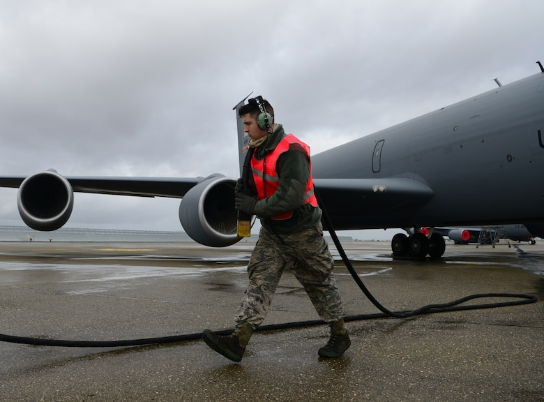 940th AMXS crew chief's KC-135 launch ops