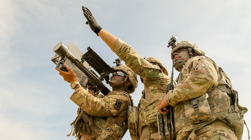 Stinger missile team with 35th Air Defense Artillery Brigade identifies unmanned aerial vehicle target during RIMPAC 2018 at Pacific Missile Range Facility, Barking Sands, Hawaii, July 24, 2018 (U.S. Army/Adan Cazarez)