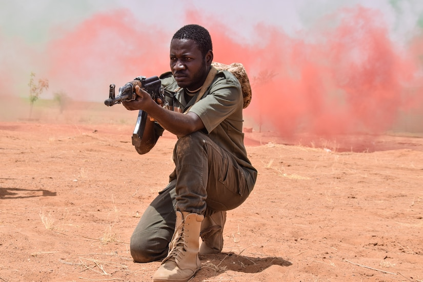 Forces Armées Nigeriennes soldier watches his sector in training mission during Flintlock 2018 exercise, at Agadez, Niger, April 17, 2018 (U.S. Army/Mary S. Katzenberger)