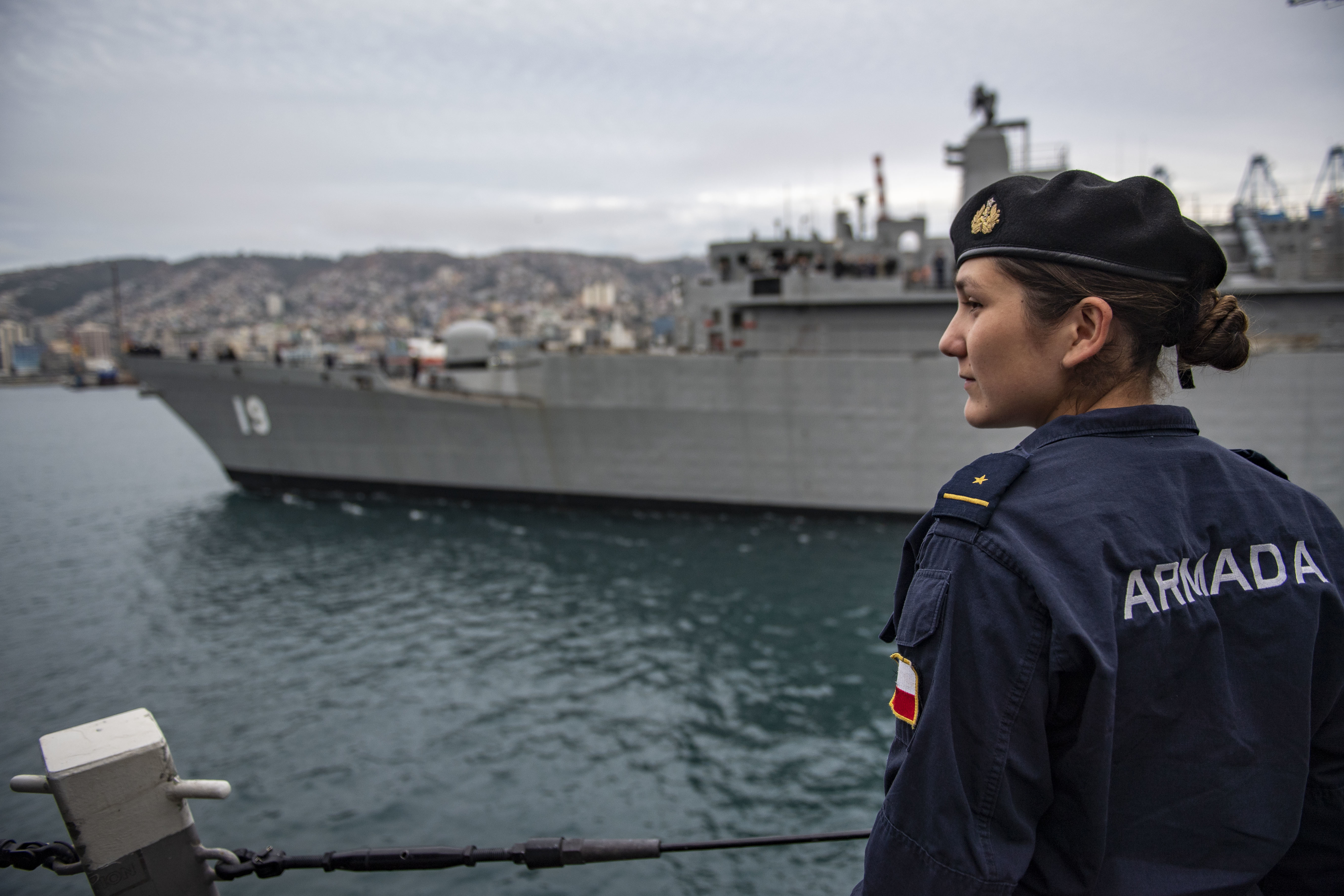 Armada de Chile Ens. Sofia Ulluoa Gonzalez watches as CNS Williams leaves port in Valparaiso, Chile, from aboard USS Michael Murphy.