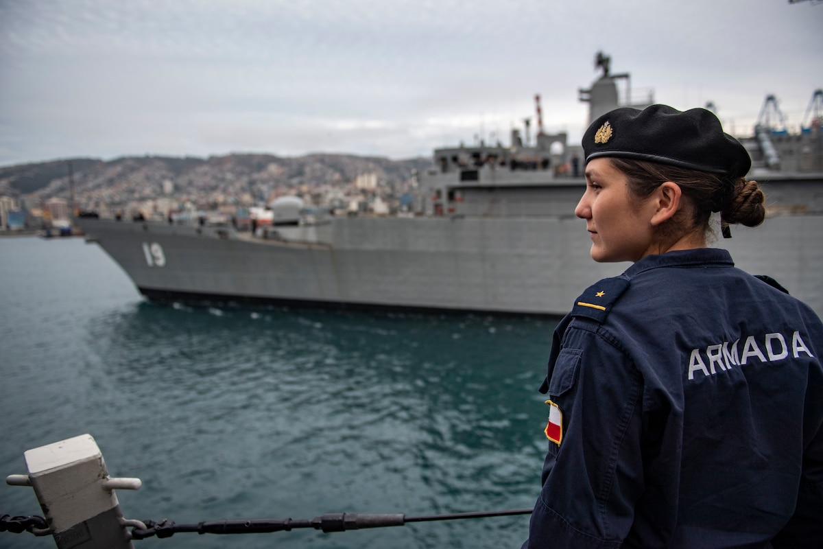 CNS Williams (FF 19) leaves port in Valparaiso, Chile.