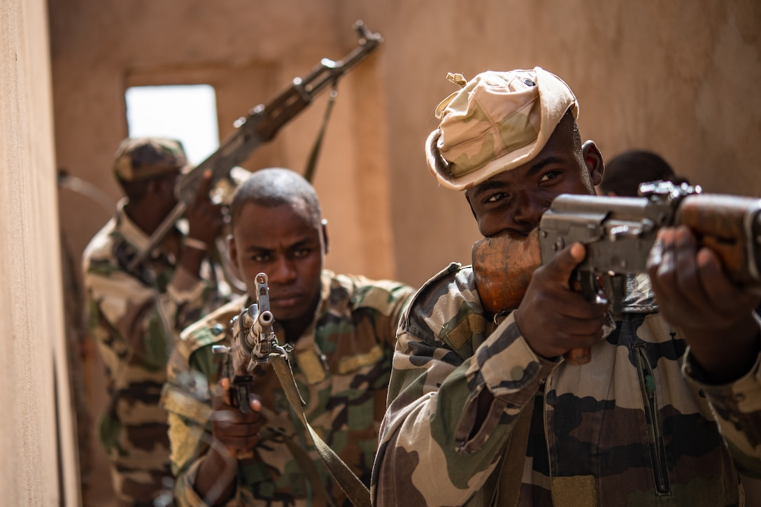 Niger Armed Forces (French language: Forces Armées Nigeriennes) members clear a corridor during a training exercise with the 409th Expeditionary Security Forces Squadron air advisors at the FAN compound on Nigerien Air Base 201 in Agadez, Niger, July 10, 2019. The training improves interoperability, and enables the Nigeriens to protect themselves during deployments. (U.S. Air Force photo by Staff Sgt. Devin Boyer)