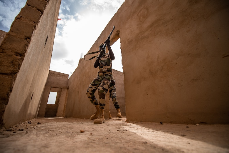 A Niger Armed Forces (French language: Forces Armées Nigeriennes) member clears a corridor during a training exercise with the 409th Expeditionary Security Forces Squadron air advisors at the FAN compound on Nigerien Air Base 201 in Agadez, Niger, July 10, 2019. The air advisors taught them how to efficiently clear a building while keeping their comrades safe. (U.S. Air Force photo by Staff Sgt. Devin Boyer)