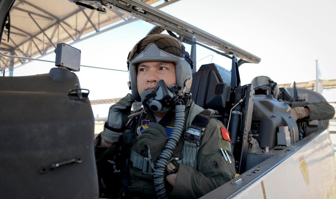 First Vietnamese student graduates from U.S. Aviation Leadership Program