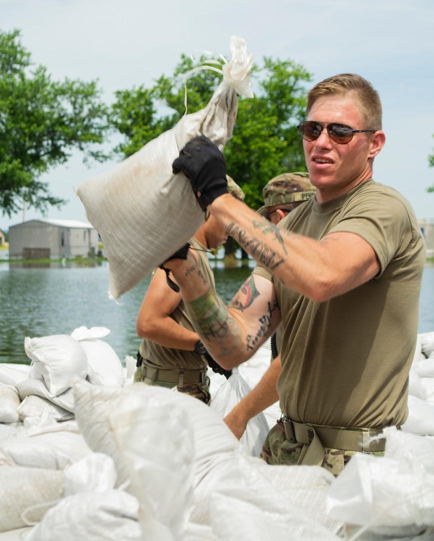 Illinois National Guard Soldiers load sandbags