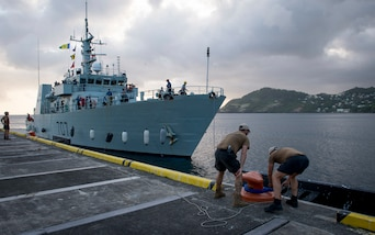 Canadian Clearance Divers from Fleet Diving Unit (Atlantic) assist Her Majesty's Canadian Ship (HMCS) Goose Bay to dock at Saint Vincent and the Grenadines