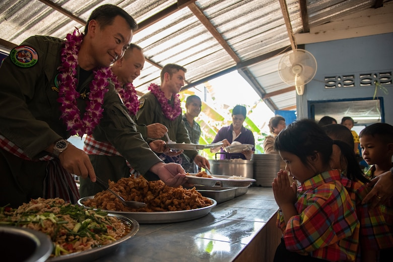 A Ban PaLai School student thanks Col. Teo Soo Yeow, Singapore air force COPE Tiger 2019 exercise director, after being served lunch during a cultural exchange at Korat, Thailand, March 13, 2019.
