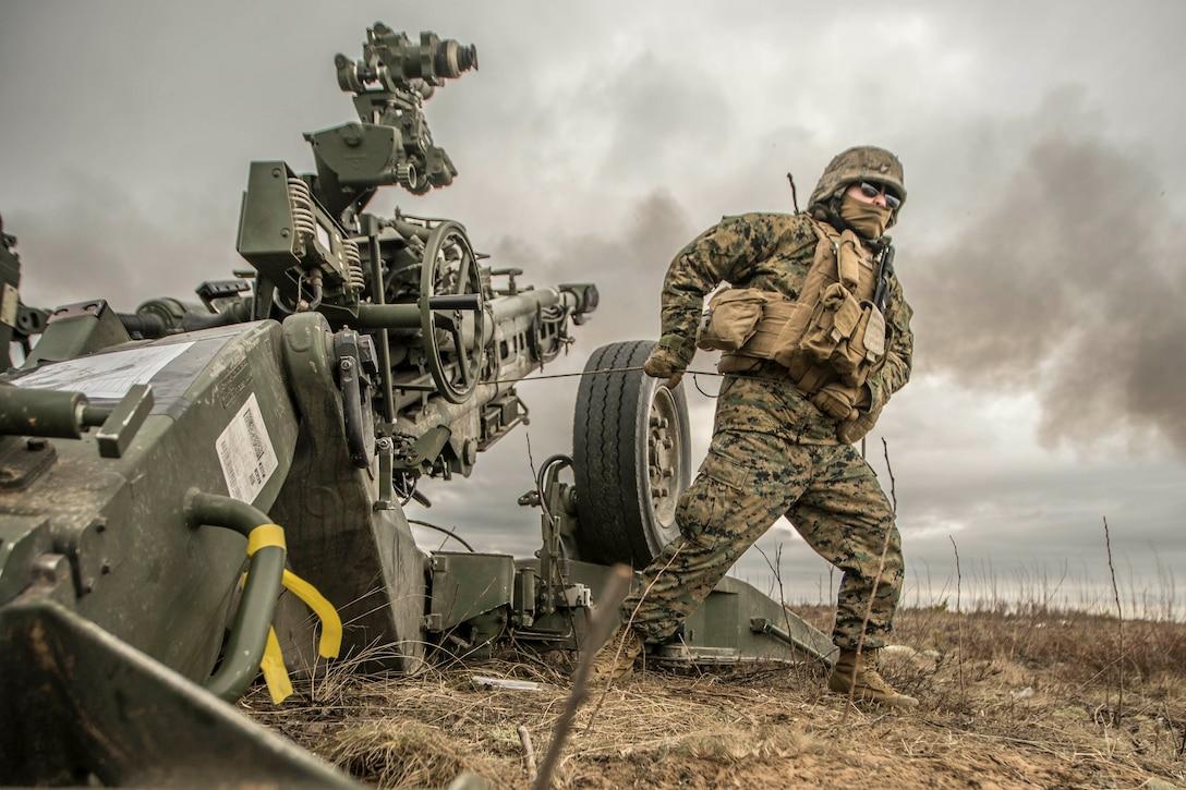 Marine fires howitzer