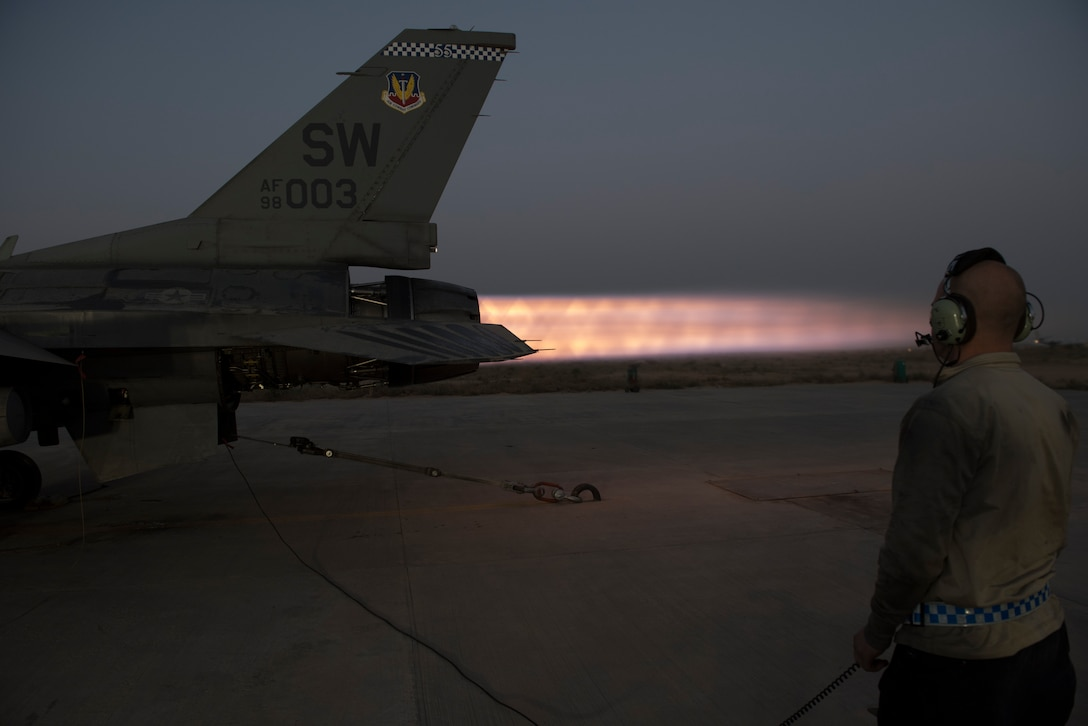 Propulsion techs perform F-16 engine ops check