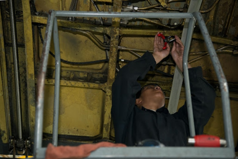B-52 crew chiefs earn zero-defect rating during inspection