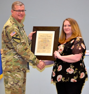 Army Brig. Gen. Mark Simerly presents award