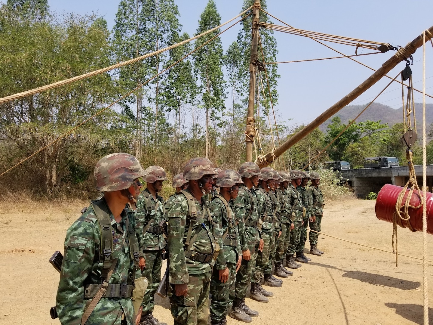 RATCHABURI, Thailand – Royal Thai Army engineers demonstrate field expedient heavy lift techniques to participants of the 2nd US-Thai Army Field Engineer Subject Matter Expert Exchange, which included Washington Army National Guard Soldiers and a representative from U.S. Army Pacific/U.S. Army Corps of Engineers, held at the Royal Thai Army Engineer School, March 18-22, 2019. (Courtesy photo: Royal Thai Army engineer photographer)