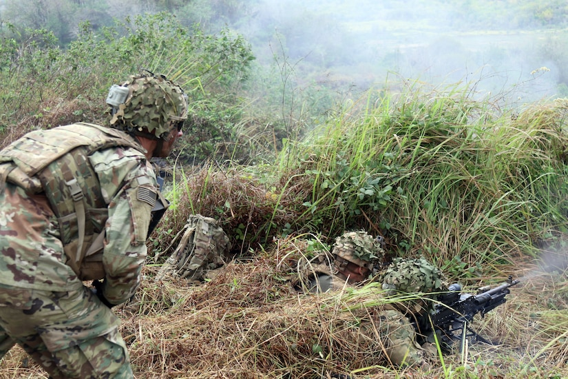Indonesian soldiers and Borzoi Company, 1st Battalion, 27th Infantry Regiment, 25th Infantry Division (1-27 Wolfhounds), conduct live fire exercise during Garuda Shield, in Cibenda, Indonesia, September 27, 2017 (U.S. Army National Guard/Matthew A. Foster)