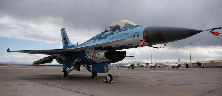 الكشف عن مقاتله F-16 بالتمويه الروسي  190521-F-DN281-071