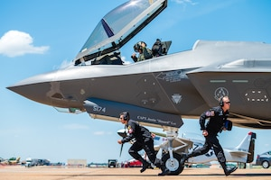 F-35 Lightning II demonstration team members sprint to their positions