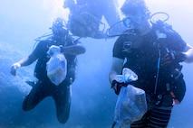 海中でゴミを探すダイバー。地元ダイバーと米軍のダイバーが北谷町にある砂辺ビーチで5月26日、海中クリーンアップ活動を行いました。