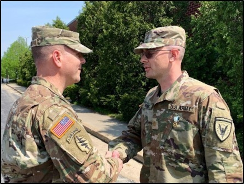 U.S. Army Reserve Soldier receives award for saving woman's life