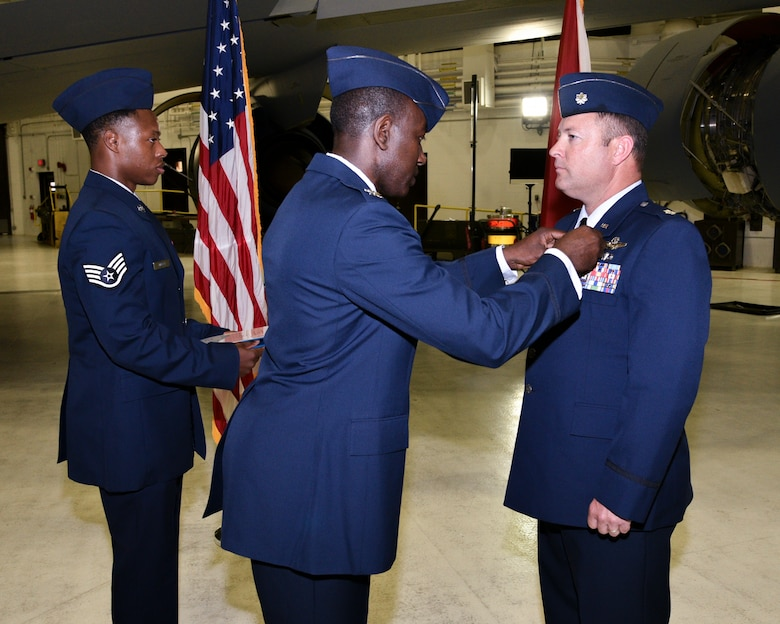 Col. Edwards Presents Award During Change of Command Ceremony