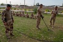 - L' adjudant Johann RICART chef de stage CIED contrôlant l'utilisation d'un détecteur de métaux typre DHPM par un stagiaire irakien.   - Du 04 mai au 22 juin 2019, au sein de la deuxième école de l'ICTS (Iraki Counter Terrorism Service), se déroule le stage C-IED (Counter IED Course). Ce dernier est à dominante génie. Les 33 participants seront encadrés par 4 instructeurs irakiens eux-mêmes mentorés par 8 instructeurs Français de la Task Force Narvik issus du 6° RG. Ce stage d'une durée de 8 semaines sera organisé de la manière suivante : - Les cinq premières semaines (SEARCH COURSE SURVIVABILTY) sont centrées sur l'évolution des sapeurs sous la menace IED et MUNEX où sont mises en pratique les techniques de recherche, de protection et de sauvegarde ainsi que sur la destruction d'un certain type d'IED. -Les trois dernières semaines (SAPPER COURSE) sont centrées sur la qualification à l'emploi d'explosif dans le cadre de bréchage de bâtiments ou de destruction de munitions et d'IED.   - Lancée le 19 septembre 2014, l'opération Chammal est le nom donné au volet français de l'opération interalliée Inherent Resolve (OIR) rassemblant plus de 60 nations.  A la demande du gouvernement irakien et en coordination avec les alliés de la France présents dans la région, elle vise à apporter un soutien militaire aux forces locales engagées dans le combat contre Daesh sur leur territoire.  Le 08 septembre 2015, sur décision du président de la République et face à la menace terroriste pesant sur la France, la zone d'intervention de l'opération Chammal est étendue à la Syrie, afin de pouvoir frapper également les centres depuis lesquels Daesh planifie et organise ses attaques.  Le 20 novembre 2015, à la suite des attentats perpetrés à Paris, l'adoption par les Nations Unies de la résolution 2249 marque la détermination de la communauté internationale de combattre par tous les moyens la menace terroriste, qu'il s'a