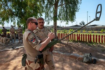 - L' adjudant Johann RICART chef de stage CIED montrant au stagiaire irakien comment régler l'intensité du déctecteur de métaux type DHPM.    - Du 04 mai au 22 juin 2019, au sein de la deuxième école de l'ICTS (Iraki Counter Terrorism Service), se déroule le stage C-IED (Counter IED Course). Ce dernier est à dominante génie. Les 33 participants seront encadrés par 4 instructeurs irakiens eux-mêmes mentorés par 8 instructeurs Français de la Task Force Narvik issus du 6° RG. Ce stage d'une durée de 8 semaines sera organisé de la manière suivante : - Les cinq premières semaines (SEARCH COURSE SURVIVABILTY) sont centrées sur l'évolution des sapeurs sous la menace IED et MUNEX où sont mises en pratique les techniques de recherche, de protection et de sauvegarde ainsi que sur la destruction d'un certain type d'IED. -Les trois dernières semaines (SAPPER COURSE) sont centrées sur la qualification à l'emploi d'explosif dans le cadre de bréchage de bâtiments ou de destruction de munitions et d'IED.   - Lancée le 19 septembre 2014, l'opération Chammal est le nom donné au volet français de l'opération interalliée Inherent Resolve (OIR) rassemblant plus de 60 nations.  A la demande du gouvernement irakien et en coordination avec les alliés de la France présents dans la région, elle vise à apporter un soutien militaire aux forces locales engagées dans le combat contre Daesh sur leur territoire.  Le 08 septembre 2015, sur décision du président de la République et face à la menace terroriste pesant sur la France, la zone d'intervention de l'opération Chammal est étendue à la Syrie, afin de pouvoir frapper également les centres depuis lesquels Daesh planifie et organise ses attaques.  Le 20 novembre 2015, à la suite des attentats perpetrés à Paris, l'adoption par les Nations Unies de la résolution 2249 marque la détermination de la communauté internationale de combattre par tous les moyens la menace terroriste, qu