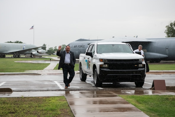 Retired general and ODVA Director arrive at Altus AFB.