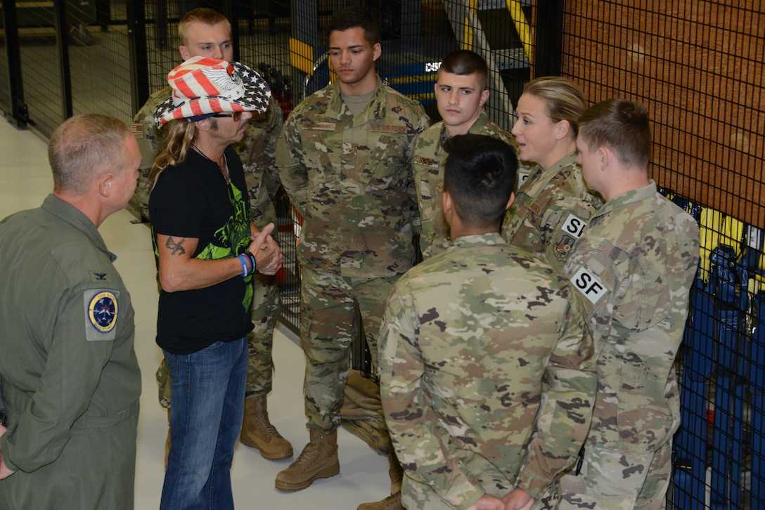 Bret Michaels meets with members of the Iowa Air National Guard