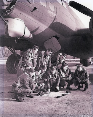 Photo of Ostler and his B-17 crew in 1943