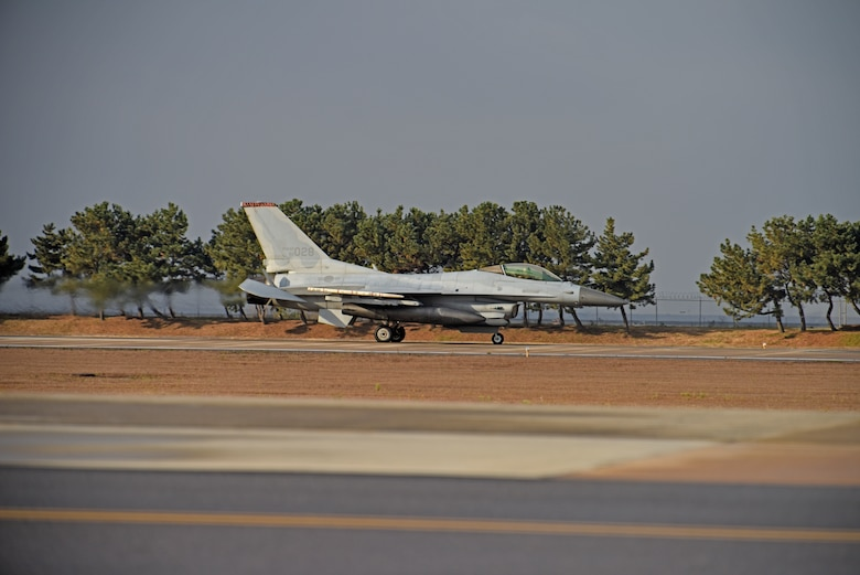 A Republic of Korea Air Force KF-16 Fighting Falcon assigned to the 38th Fighter Group lands at Kunsan Air Base, Republic of Korea, Nov. 19, 2019. The 8th Fighter Wing and the 38th FG provide security, stability and prosperity on the Korean Peninsula and the Indo-Pacific region. (U.S. Air Force photo by Staff Sgt. Mackenzie Mendez)