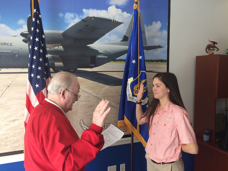 Kristen Pittman performs the oath of enlistment at the Air Force Reserve recruiting office in Hattiesburg, Miss., January 30, 2017. (Courtesy photo)