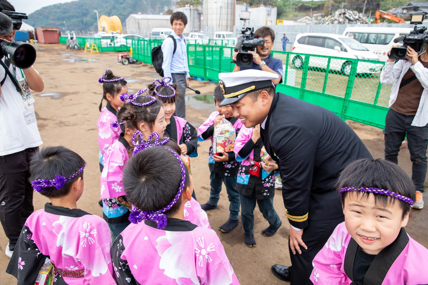 Lt. Saungwon Ko, communications officer of Avenger-class mine countermeasures ship USS Pioneer (MCM 9), speaks with local kindergarteners from Uki city.