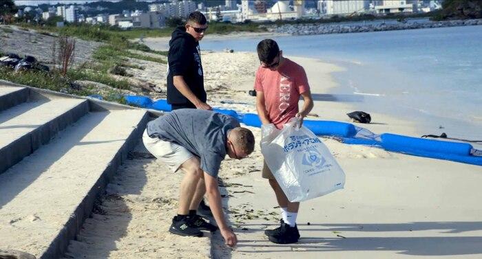 アラハビーチでゴミを拾う海兵隊員。沖縄本島、中部の西海岸沿いに位置する北谷町のアラハビーチで、米海兵隊基地キャンプ・フォスターの独身隊員の会(日本の青年会のような自治会)のメンバーが中心となり、基地内に勤務する海兵隊員や海軍兵、その家族らがボランティアで清掃活動を行いました。