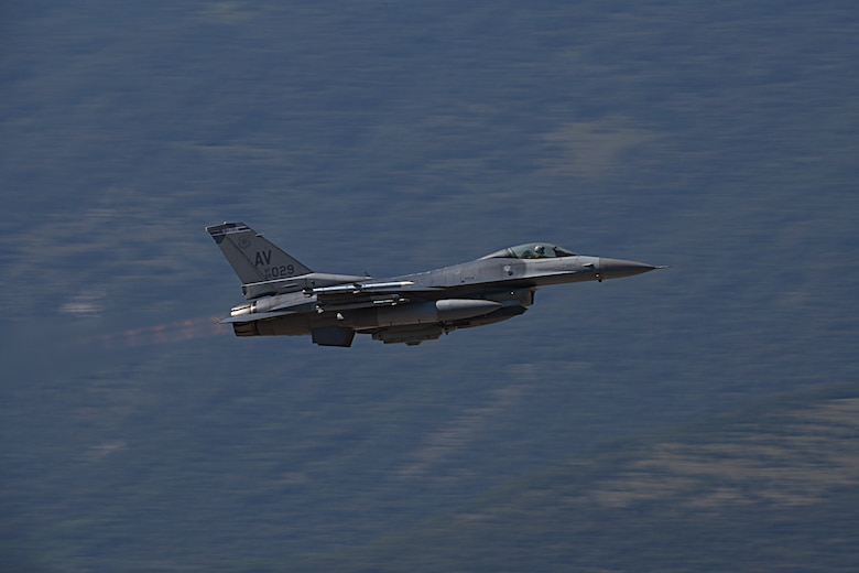 F-16 Fighting Falcon gains altitude