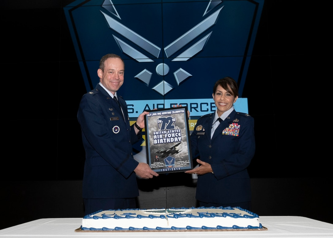 DLA L&M Chief of Staff presents Colonel Cullen with gift